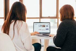 2 femmes devant un ordinateur